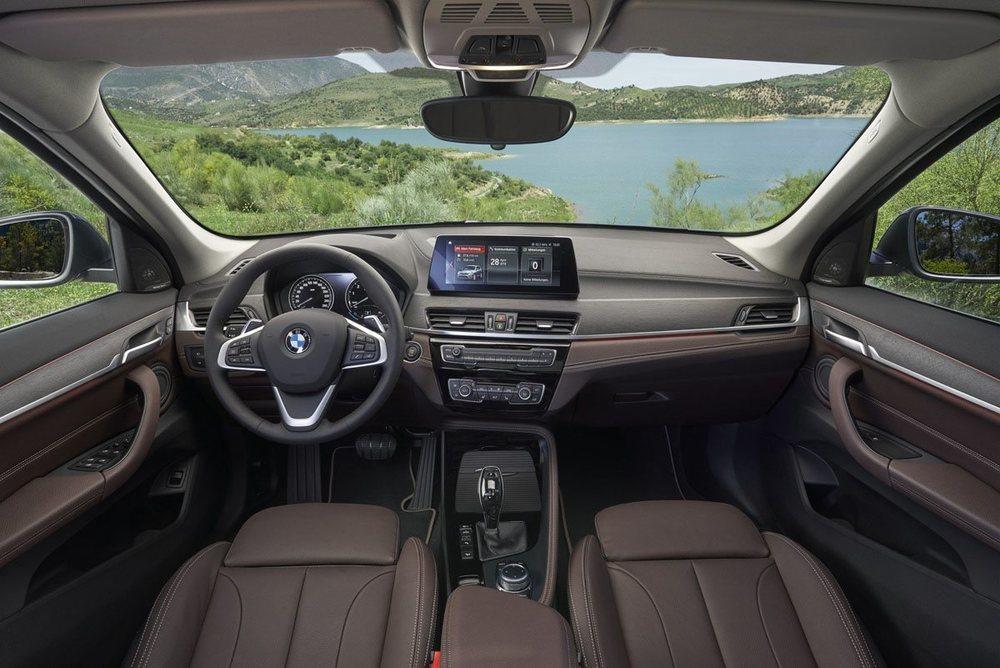 En el interior se estrena esta gran pantalla central que será de 10,25 pulgadas y opcional. BMW aprovecha la ocasión para cambiar tapizados, molduras decorativas...