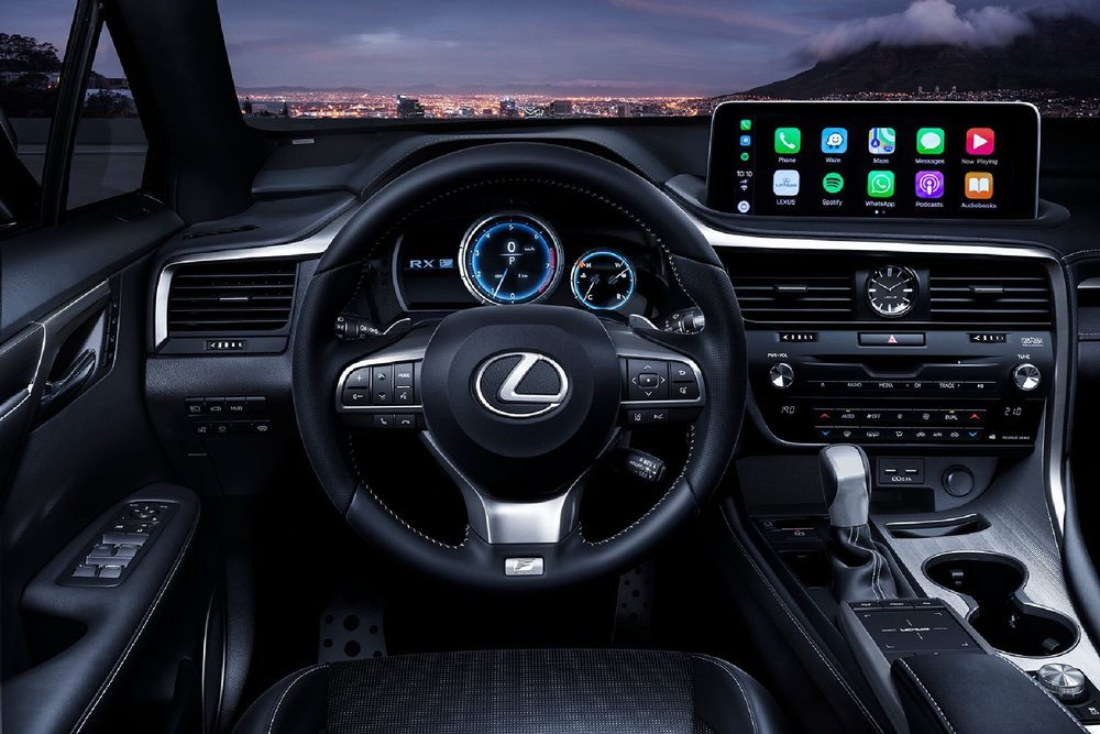 Dentro no hay cambios de diseño, pero se agradece la llegada de una pantalla central táctil, que de serie es de 8,8 pulgadas. Dependiendo del acabado podrá ser de 12,3 y tener conexión Apple CarPlay y Android Auto.