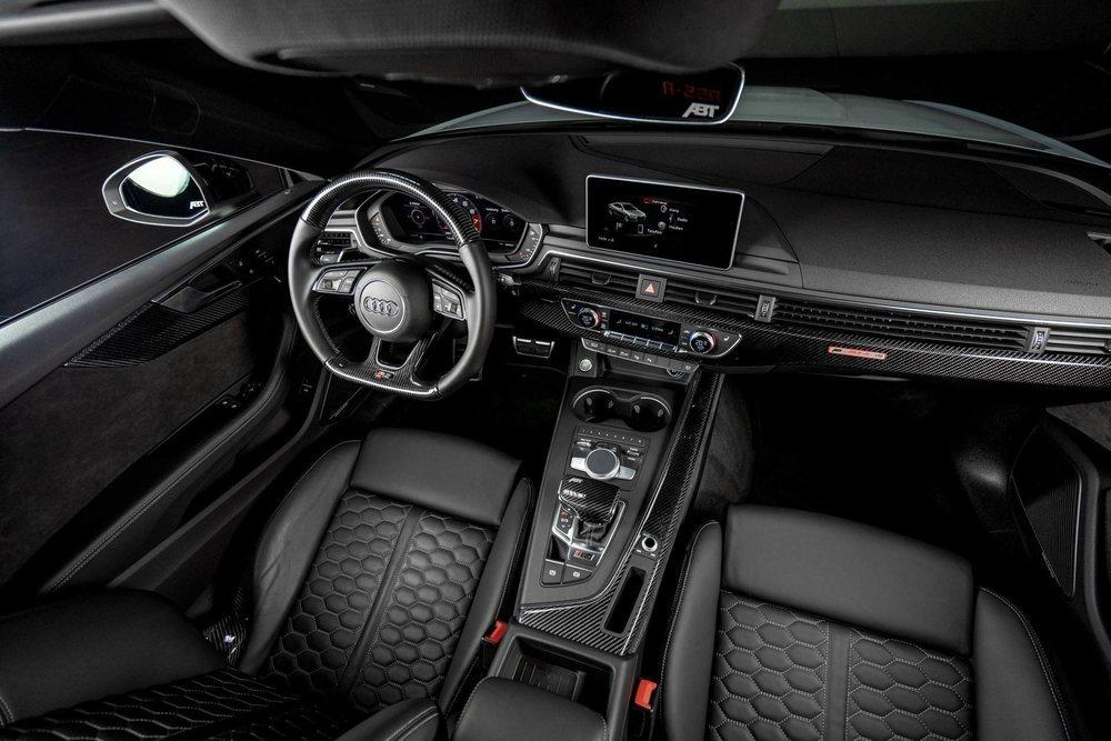 Su interior también luce con orgullo piezas en carbono, como las molduras decorativas, además de los bordes y los respaldos de sus deportivos asientos tapizados en cuero y con los emblemas 'RS5-R' bordados.