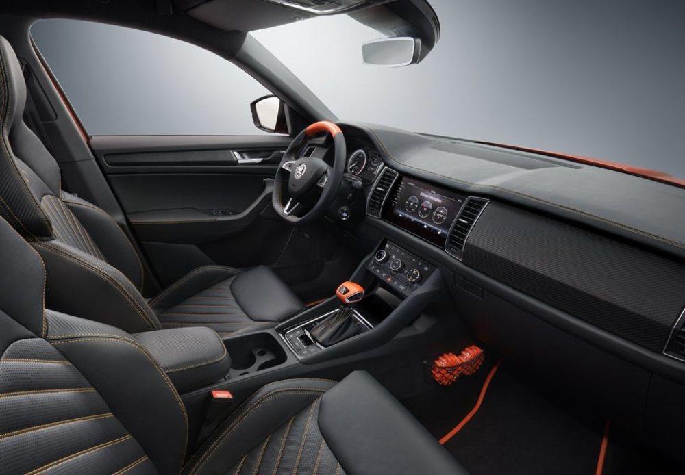 El interior cuenta con dos únicos y deportivos asientos tapizados en cuero que simula fibra de carbono. También presenta detalles en color narajana y un sistema de sonido con 2.000 vatios de potencia.