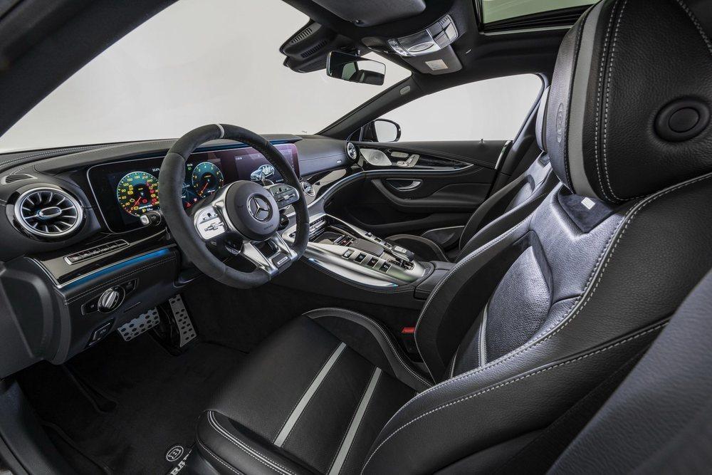 Las diferentes opciones que Brabus ofrece para el interior son casi infinitas, pero en esta unidad predomina el sentido común, con cuero negro, detalles en blanco y mucha, mucha fibra de carbono.