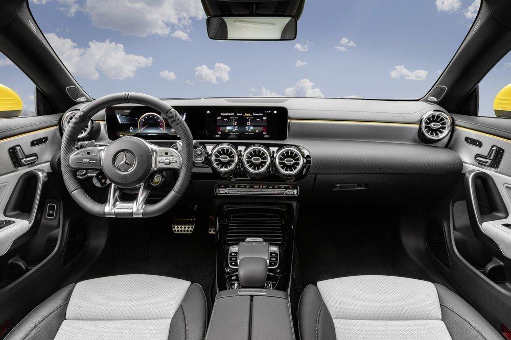 Sus deportivos asientos se tapizan en cuero y microfibra, mientras que le delatan detalles como sus pedales, el sistema MBUX con gráficos específicos o el volante firmado por AMG con mandos táctiles.