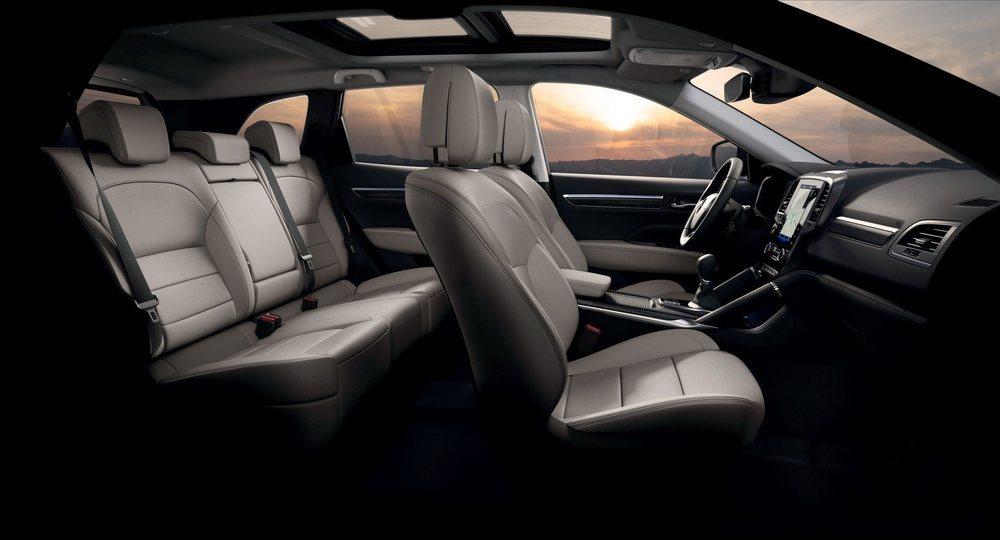 Estrena asientos delanteros más confortables y el respaldo de los traseros ahora se regula en dos posiciones. Los equipados con pantalla táctil de 7 u 8,7 pulgadas, añaden el sistema R-Link2, más avanzado que el anterior.