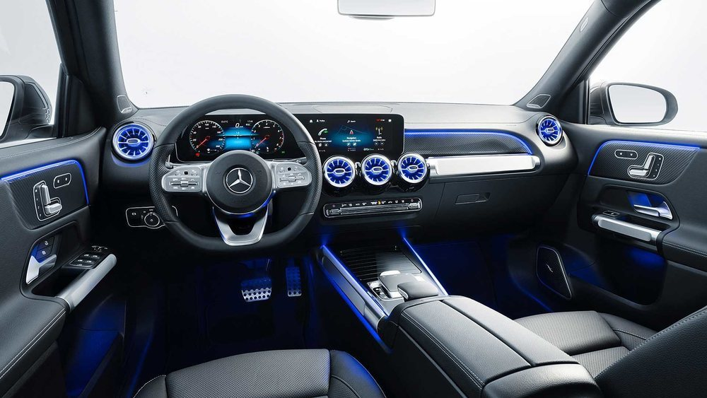 Su diseño interior es semejante a sus nuevos hermanos y contará con el sistema MBUX. Todos los GLB tendrán cambio automático y se podrá adquirir en configuración de cinco o de siete asientos.