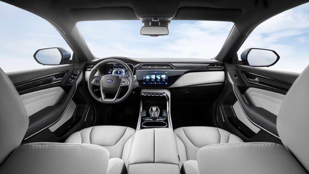El singular Ford Territory tendrá una versión eléctrica, que llegará a China este mismo año y que presume de una autonomía de 360 kilómetros. En su interior le delata la asuencia de palanca de cambios.