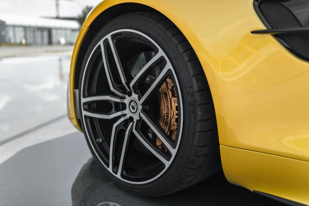 La única mejora que G-Power ofrece para el exterior de este Mercedes-AMG GT R son un conjunto de llantas forjadas Hurricane RR, que se calzan con gomas 275/30 R20 delante y 305/25 R21 detrás. El juego supera los 9.000 euros.