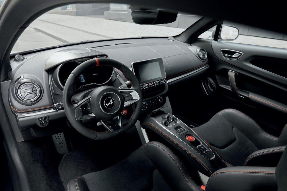 El interior de estos A110S luce asientos Sabelt, detalles en fibra de carbono y acentos en color naranja. En Francia ya se puede reservar por unos módicos 66.500 euros.