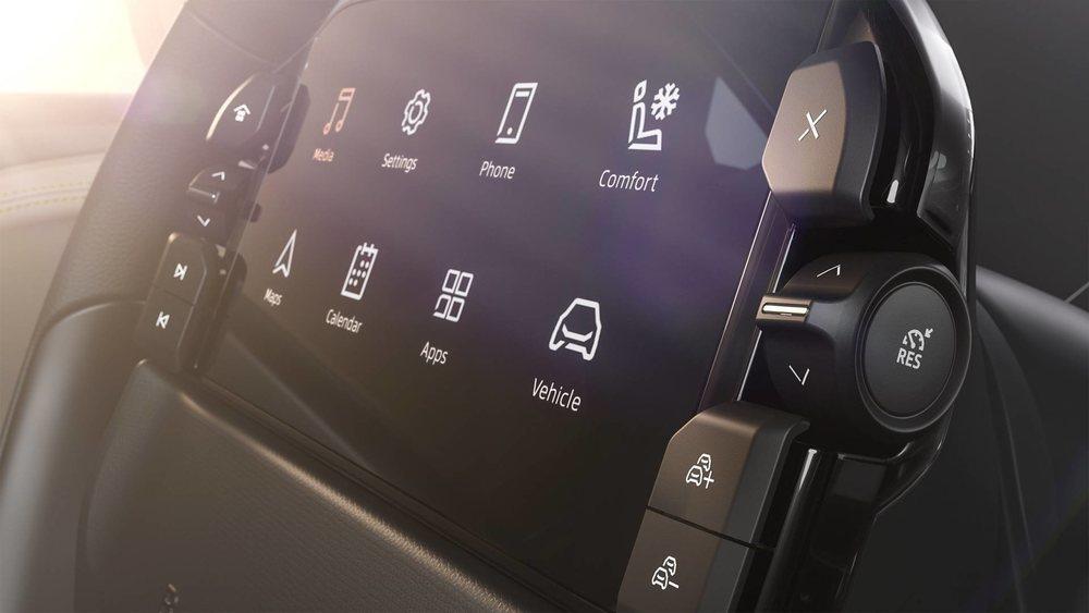 La pantalla de 7 pulgadas que hay en el volante no es solidaria y es táctil. Cuenta con diferentes botones físicos para controlar la radio o el control de velocidad.
