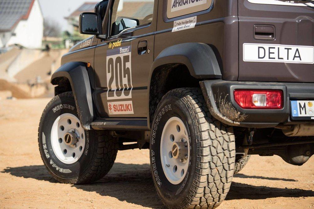 El conjunto de llantas y neumáticos cuestan 3.800 euros y se combinan con unos pasos de rueda que ensanchan su carrocería. Las mejoras en la suspensión elevan su carrocería hasta 80 milímetros más que los originales.
