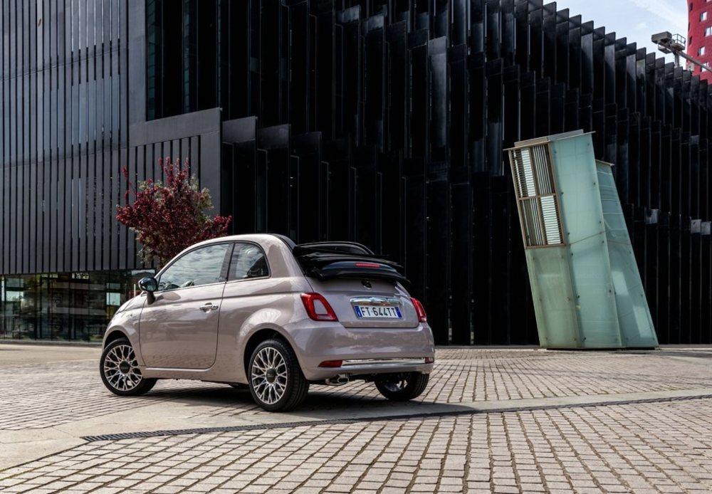 Los Fiat 500 Star están disponibles con este color Blanco Stella, un tono rosado que es opcional por 470 euros. De serie hay techo de cristal fijo, pero como opción se ofrece el eléctrico y además, esta versión 500C.