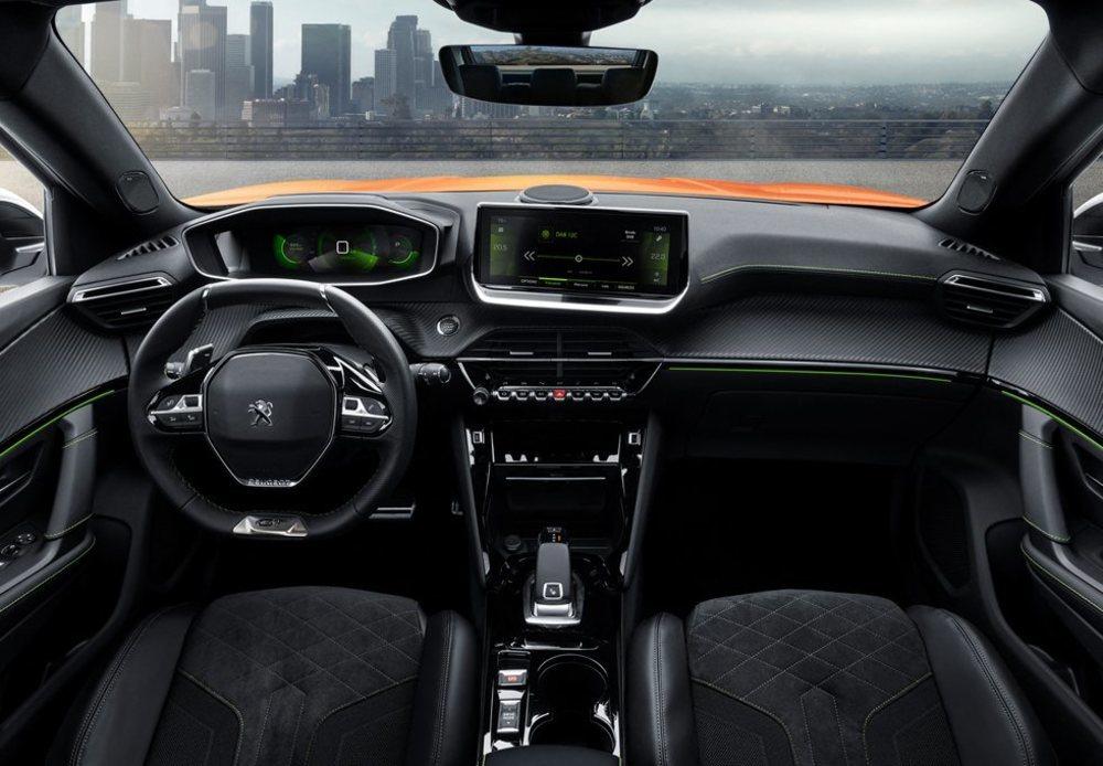 El particular i-Cockpit 3D condiciona su puesto de conducción, que se acompaña de otra pantalla táctil central con conexión Apple CarPlay y Android Auto. También hay cargador inalámbrico, cuatro puertos USB...