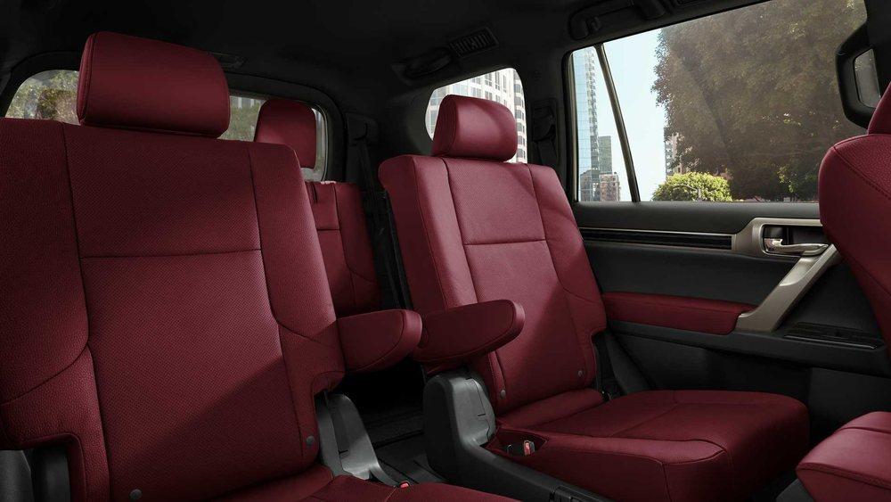 Este tapizado en cuero Rioja Red es nuevo para los Lexus GX 460, que al elegir el paquete deportivo opcional, también añaden estos dos asientos independientes para la segunda fila.