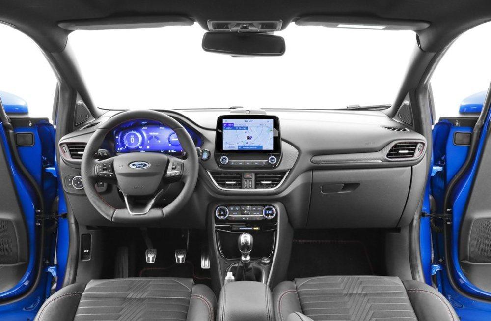 Su presentación interior la hereda del Ford Fiesta, pero añade una pantalla de 12,3 pulgadas como cuadro de instrumentos. Su acabado es bueno y presenta un salpicadero ordenado. La pantalla central puede tener hasta 8 pulgadas.