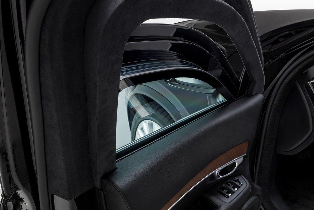 Para conseguir una protección balística VR8 se han añadido paneles de acero de 10 milímetros de espesor por toda su carrocería y estos cristales laminados, que tienen 50 milímetros de espesor. Y no bajan más.