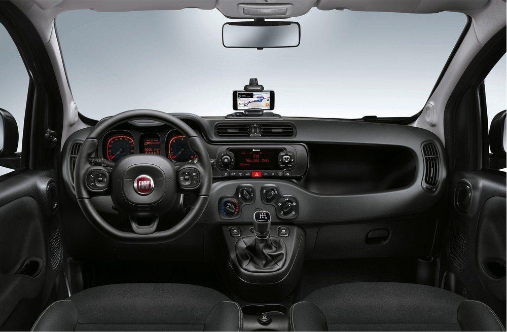 El interior no recibe mejoras salvo un tapizado especial para sus asientos. Por cierto, el sistema U-Connect lo debes visualizar en tu smartphone, pues esta Panda no cuenta con pantalla táctil.