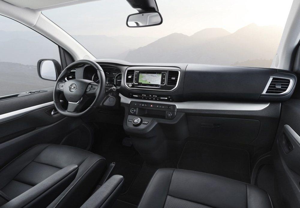El puesto de conducción presenta una gran visibilidad y mucho confort. Incluso puede equipar pantalla táctil de 7 pulgadas o Head-Up Display. El cambio automático de 8 marchas es de serie en la versión de 177 CV de potencia.