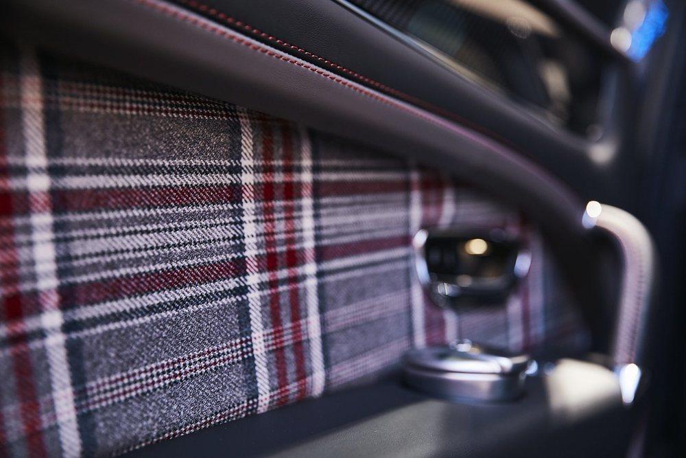 El artesano Huntsman ha creado este llamativo tejido Tweed con el que el departamento Mulliner ha creado el revestimiento de las molduras, las puertas y los bolsillos de los asientos delanteros de estos Bentley Bentayga.