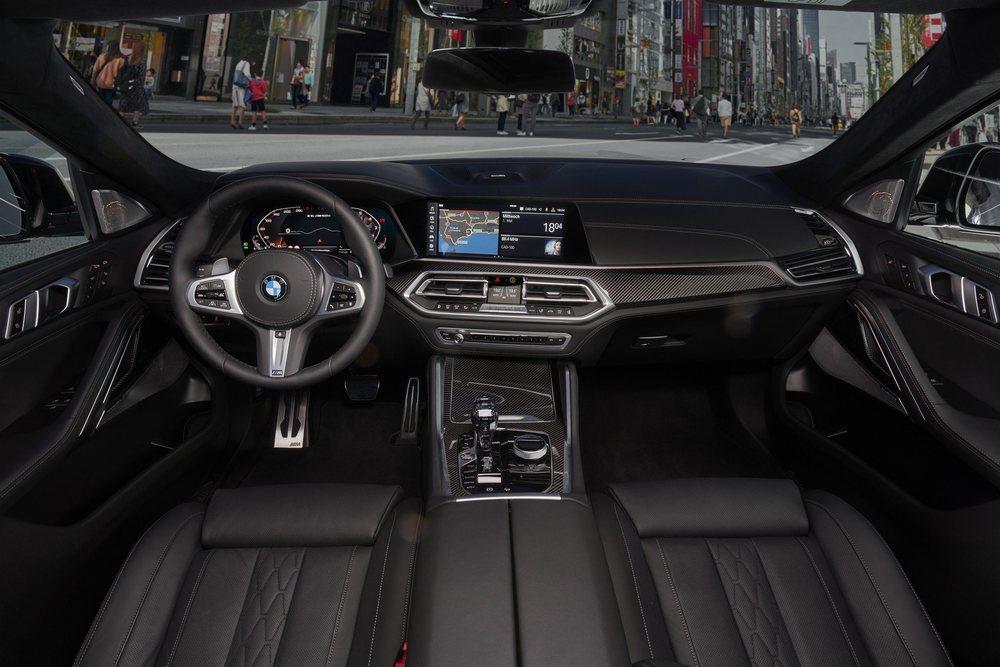 La presentación interior es como la de un BMW X5 y de serie tendrá asientos tapizados en cuero, cuadro de instrumentos digital, pantalla central táctil... Ambas tienen 12,3 pulgadas.