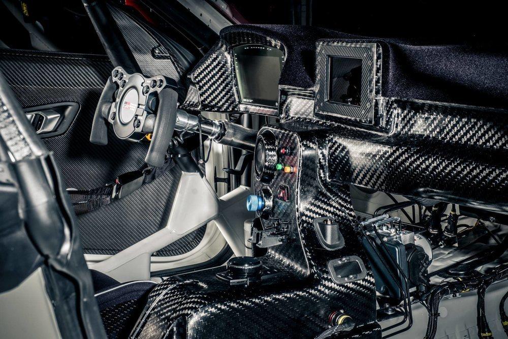 El interior de esta versión de competición es lo que más varía respecto al prototipo que Toyota Motorsport GmbH presentó en Ginebra. Todo se fabrica en carbono y tiene un minimalista volante.