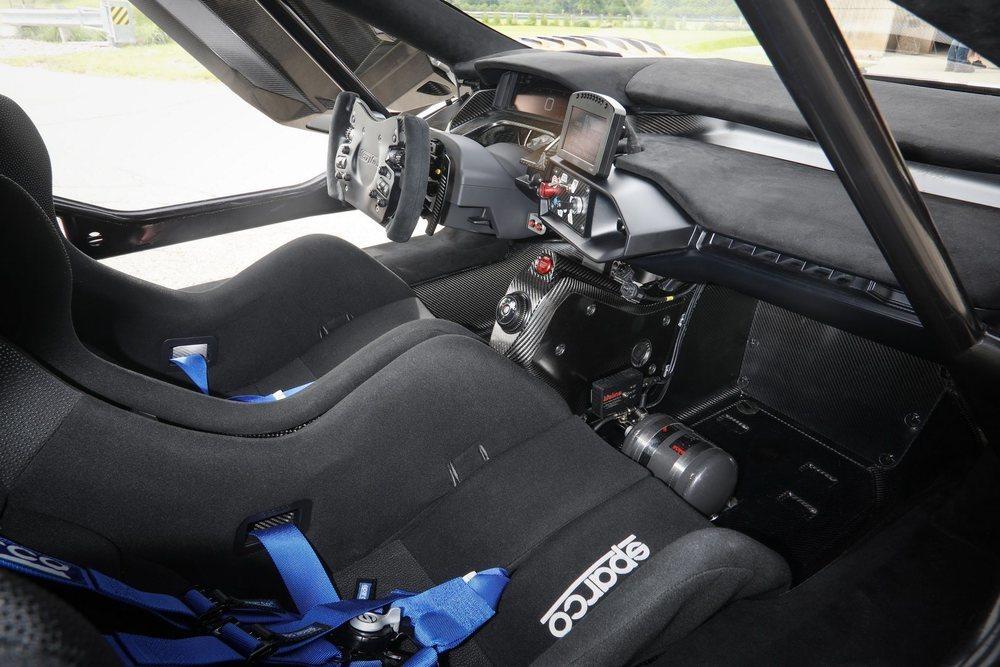 Su interior es realmente minimalista. Incluso el asiento para el acompañante es opcional. Ahora bien, suma un sistema de información MoTec para mantenernos al día de su mecánica.