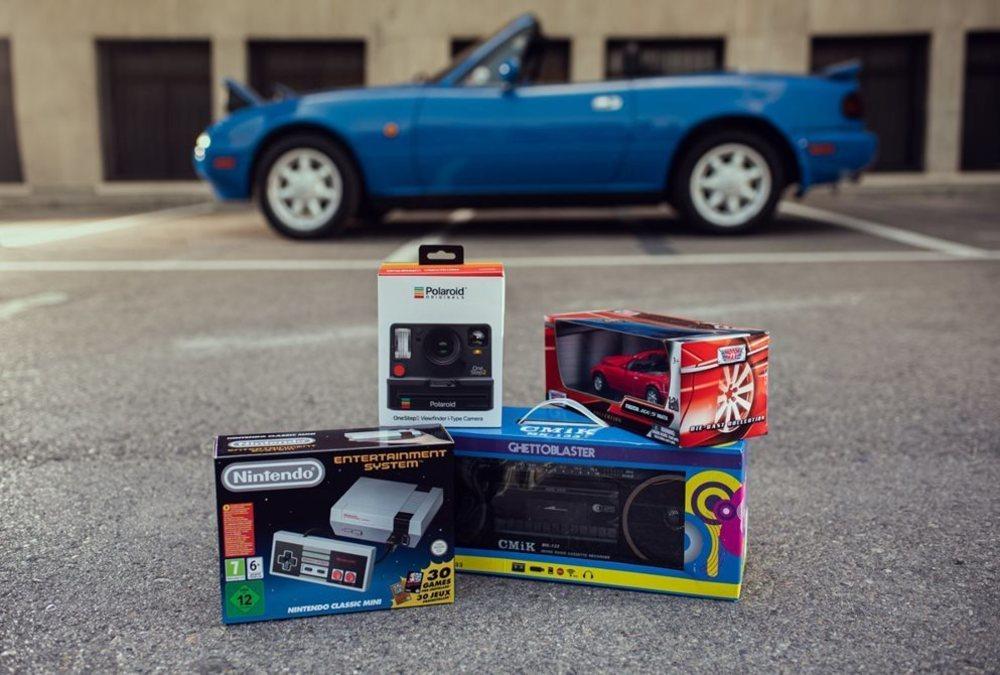 Los ganadores del concurso de Mazda en redes sociales se llevarán un pack de regalos típicos de los 90.