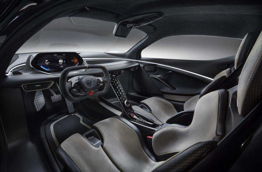 Su minimalista puesto de conducción luce un angular volante desde el que poder seleccionar sus cinco modos de conducción y la función DRS. La fibra de carbono inunda todo su habitáculo.