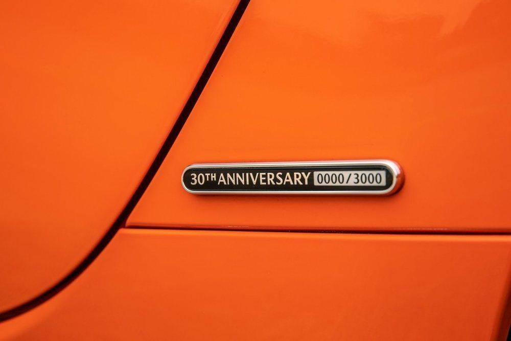 De esta edición que conmemora los 30 años de vida del MX-5 se fabricarán 3.000 ejemplares, todos ellos pintados en este Racing Orange y adornados con esta placa especial. Pero eso no es todo.
