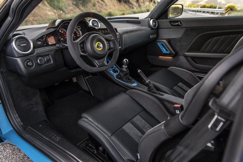 Su interior, disponible en dos configuraciones de asientos diferentes, ahora es mucho más configurable. El volante es de magnesio y equipa una pantalla central de 7 pulgadas.