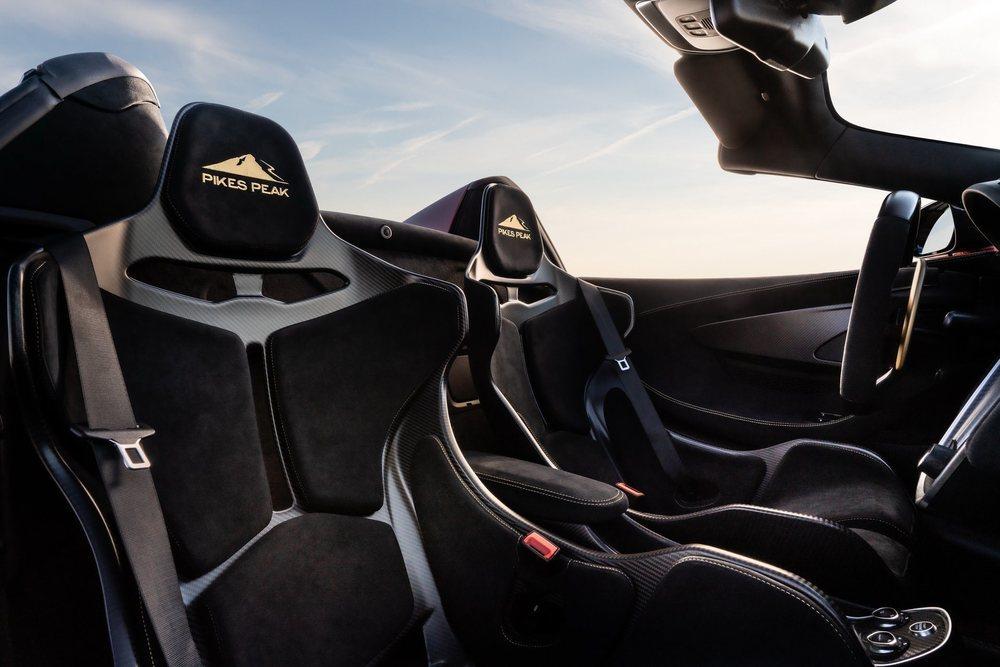 El interior de estos seis McLaren 600LT Spider que forman la Pikes Peak Collection es común y lucen los impresionante asientos del McLaren Senna, en este caso con bordados específicos.