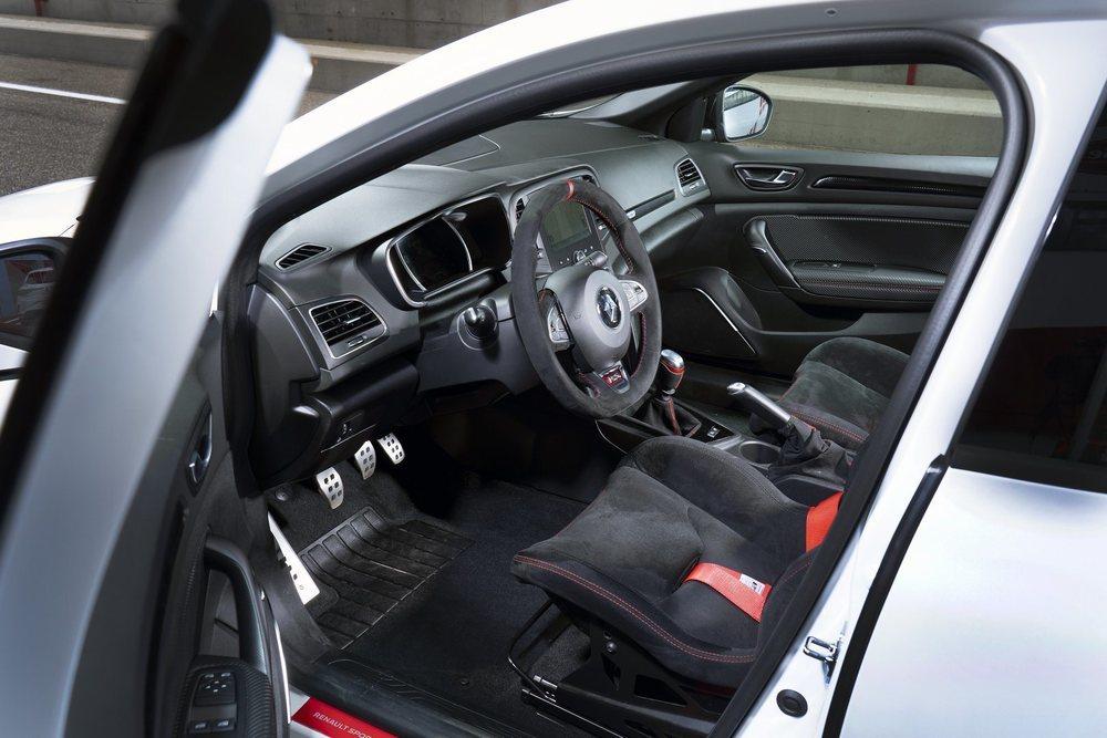 Renault fabricará sólo 500 ejemplares de este salvaje compacto, cuyos asientos traseros se eliminan para ahorrar peso. Gracias a otras mejoras se pueden ahorrar hasta 130 kilos y recurre a un 1.8 TCe con 300 CV de potencia.