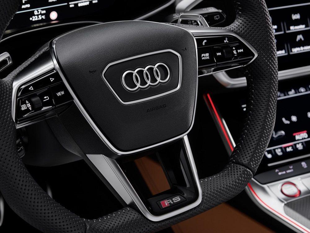 A la derecha del volante el botón RS Mode permite elegir los dos modos específicos de los modleos más deportivos de Audi.