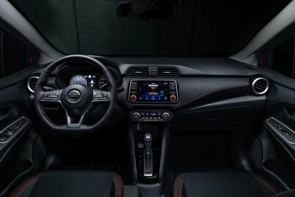 Su interior es prácticamente idéntico al que lucen en Europa los Nissan Micra y ahora todos tienen una pantalla táctil de7 pulgadas. El acabado SR también tiene toques deportivos en su habitáculo.