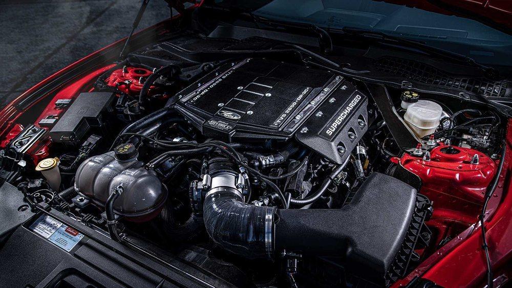 Su 5.0 V8 atmosférico suma un compresor Edelbrock entre otros componentes para llevarlo hasta los 735 CV de potencia. ¿Muchos? Hennessey Performance ya va por 1.000 caballos.