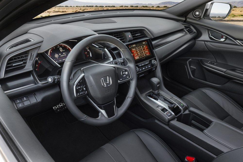 El interior de estos Honda Civic tienen ahora nuevas molduras decorativas. Su pantalla táctil de 7 pulgadas tienen nuevos mandos para hacerla más intuitiva.