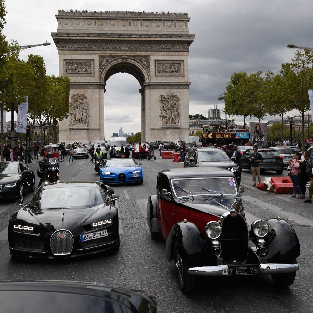 En París, a los modelos actuales les acompañaron algunos clásicos de la marca.