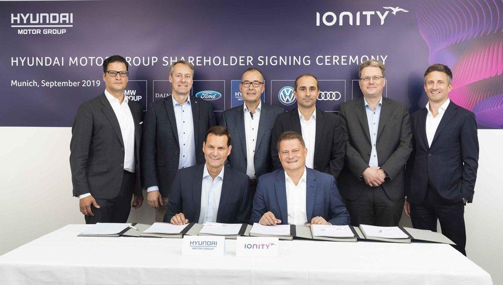Miembros de Ionity, del Grupo Hyundai y de los restantes fabricantes involucrados en el proyecto durante la firma del acuerdo.