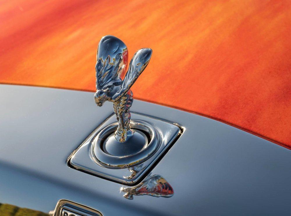 El artista británico Marc Quinn ha personalizado el exterior de este Rolls-Royce Phantom y se ha inspirado en su propio iris para hacerlo. Ha sido subastado por una buena causa y han pagado casi un millón de euros.