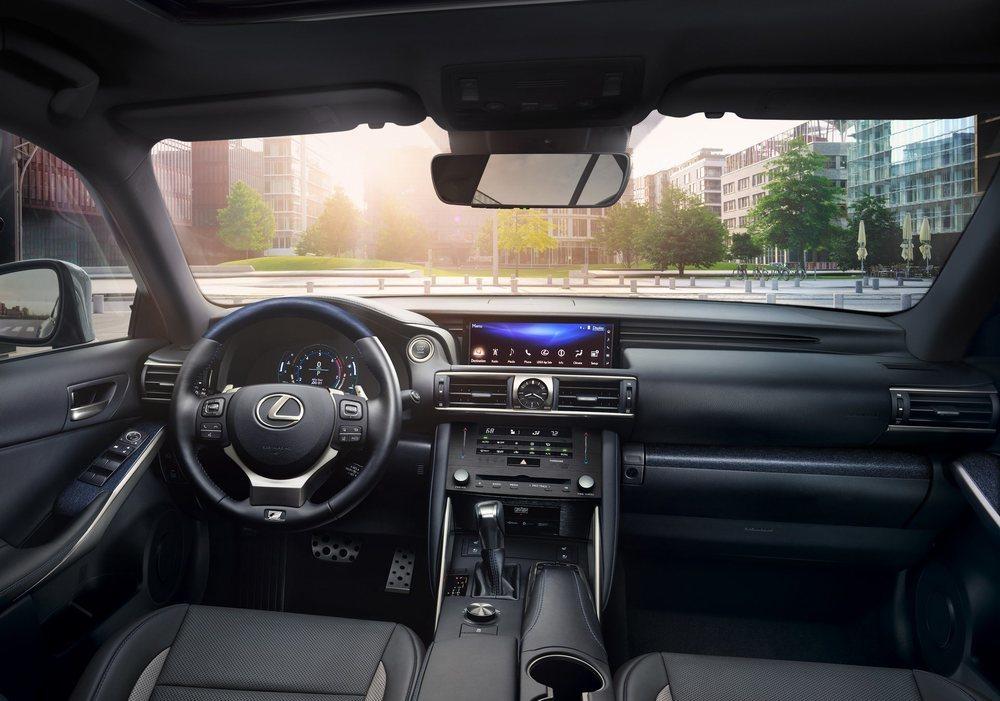 Esta nueva 'tirada' del Lexus IS Black Line reemplaza los acentos rojos por acentos en color azul. Su equipamiento de serie también es más completo.