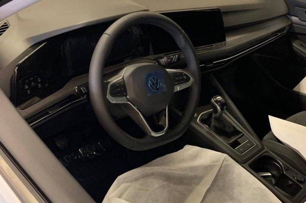 Su interior es realmente sofisticado, porque luce grandes pantalla digitales, así como mandos táctiles para controlar el climatizador o la iluminación exterior. Este tiene cambio manual, pero los habrá DSG.
