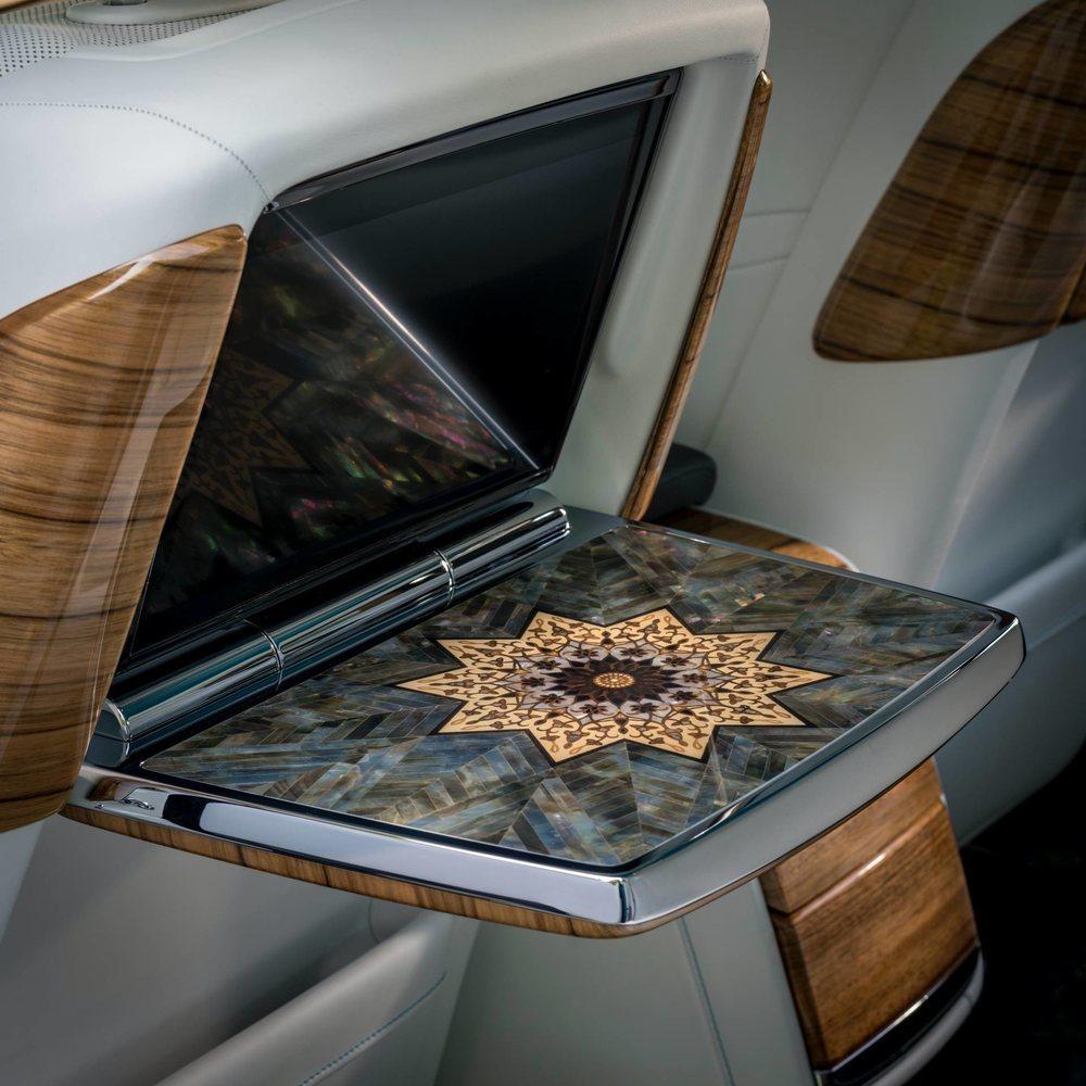 La madreperla está presente en el reloj central y también en las molduras y en las mesas de picnic de este Arabian Gulf. Pero ese no es el único detalle creado por Bespoke para este Phantom.