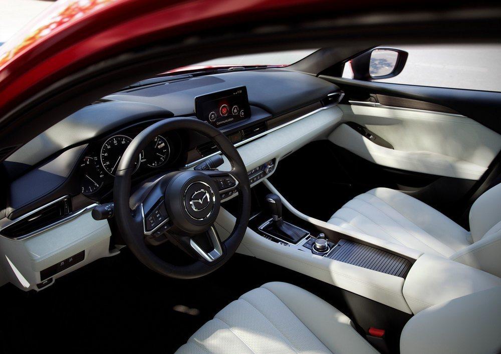 En Estados Unidos el Mazda6 está disponible con cinco niveles de equipamiento y el imponente Signature añade cuero Napa y