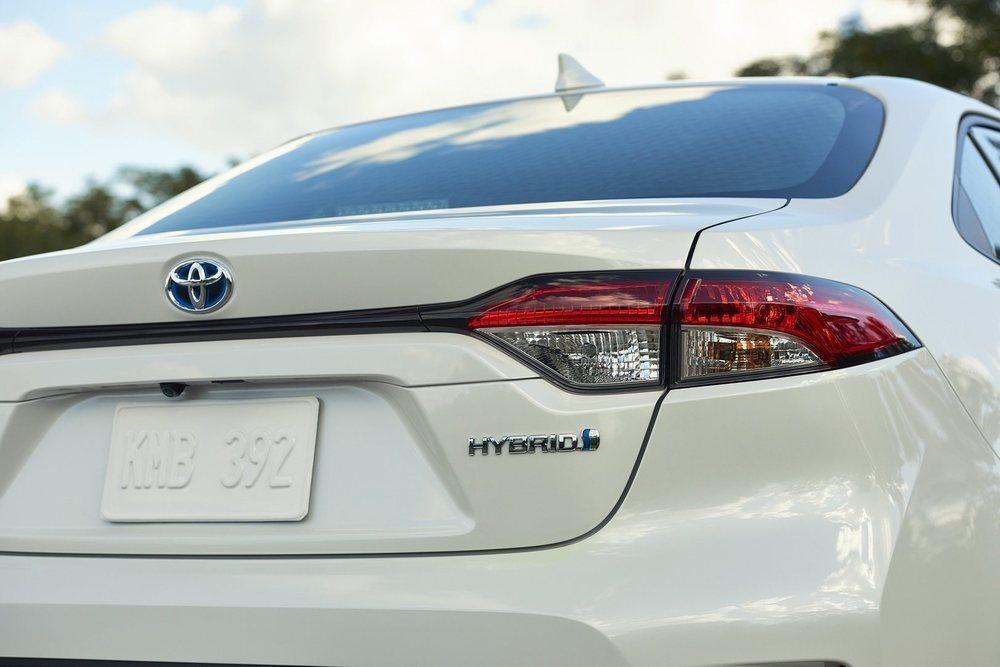 Esta versión híbrida, además de eficiente, puede alcanzar los 180 km/h y acelerar de 0 a 100 km/h en 11,0 segundos. Es 26 centímetros más largo que el Hatchback y tiene 110 litros más de maletero.