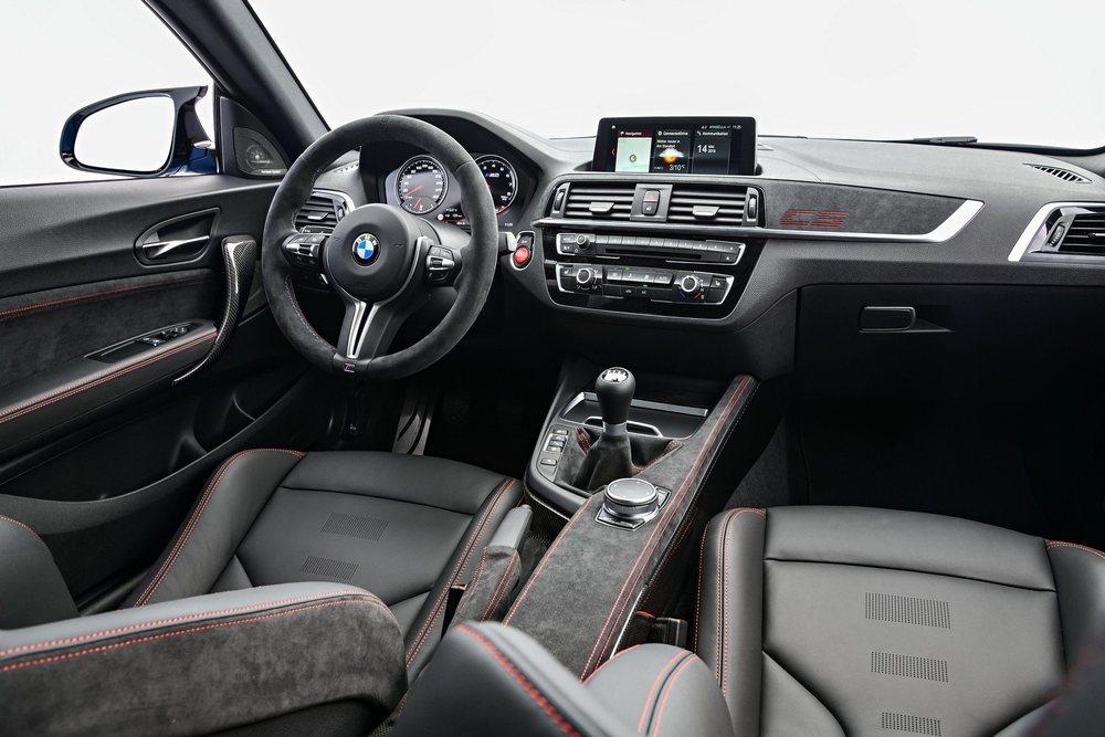 El cuero y el tejido alcántara revisten por completo el interior de este M2 CS, que equipa de serie estos asientos M Competition. La consola central es de fibra de carbono y ahorra 2,7 kilos.