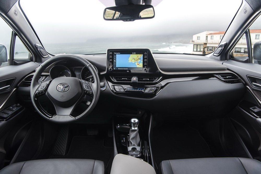 En su interior no hay cambios en cuanto al diseño o el acabado. Ahora bien, los C-HR ahora tienen un nuevo sistema de infoentretenimiento que cuenta con conexión Apple CarPlay y Android Auto.