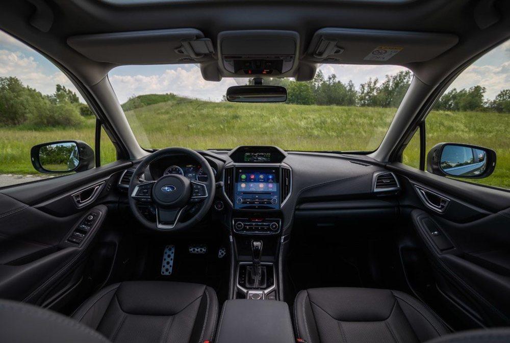 Su puesto de conducción presume de visibilidad, confort, calidad... Subaru sigue apostando por dos pantallas digitales separadas (la de abajo más grande y táctil) y sus botones físicos deberían estar algo mejor agrupados. Los Executive Plus añaden techo solar y cuero entre otros.