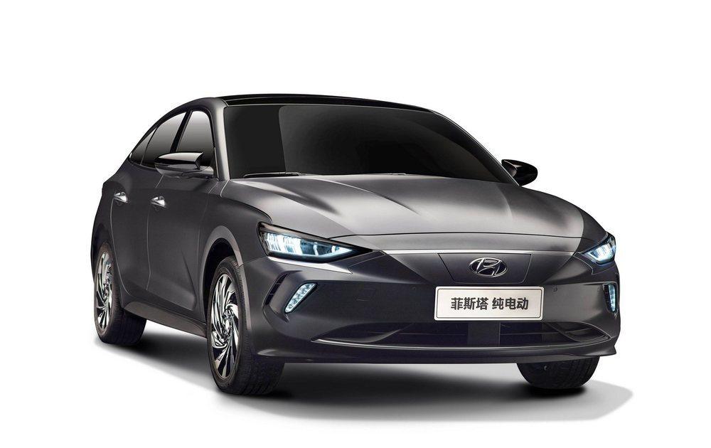 Para optimizar su aerodinámica, Hyundai lo equipa con estas llantas y presenta una parrilla totalmente carenada. Tras ella se esconde el punto de recarga para sus baterías de 56,5 kWh.