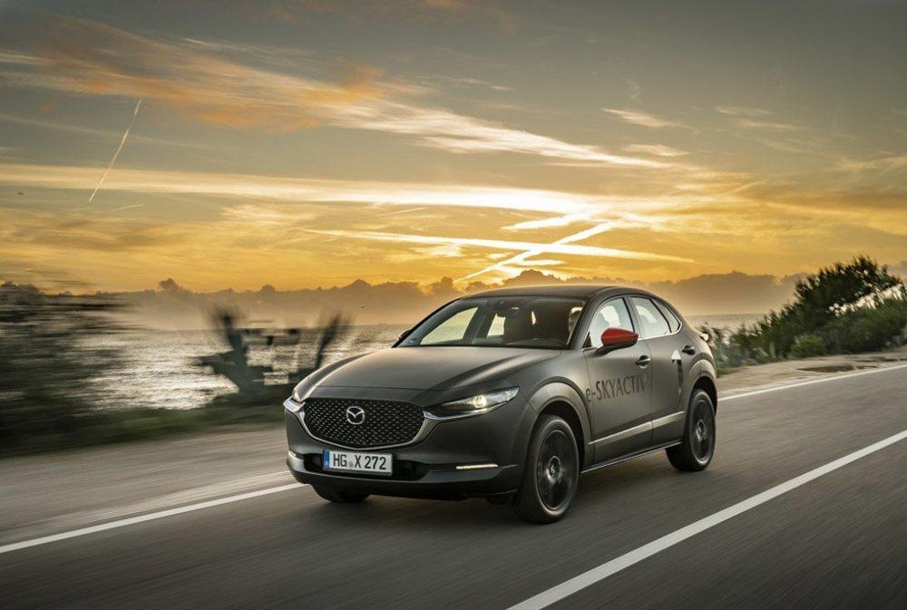 Bajo la piel de este Mazda CX-30 se escondía toda la tecnología que empleará el futuro MX-30, un SUV eléctrico que mide 4,40 metros de largo y que llega el año que viene junto a una versión de autonomía extendida.