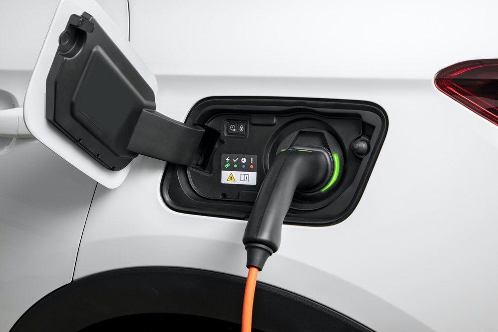 Sus baterías de iones de litio tienen 13,2 kWh de capacidad, que le permiten recorrer hasta 57 kilómetros en modo eléctrico. Si lo equipas con el cargador opcional están listas en menos de dos horas.