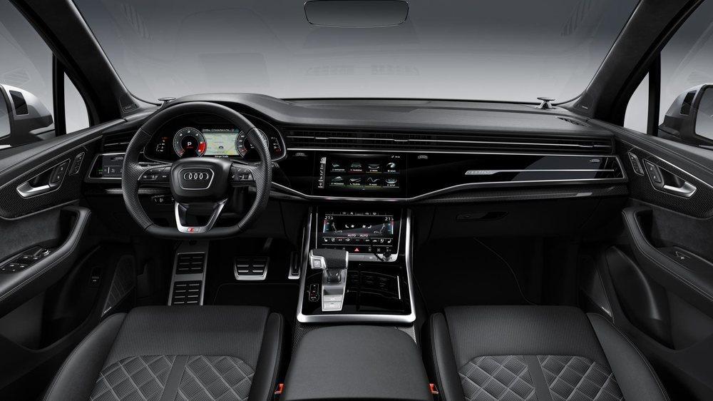 Con su actualización, el Audi Q7 estrena salpicadero con la configuración del Q8. De serie hay Virtual Cockpit y dos pantallas táctiles en el centro. Los SQ7 tienen deportivos asientos y el carbono es opcional.
