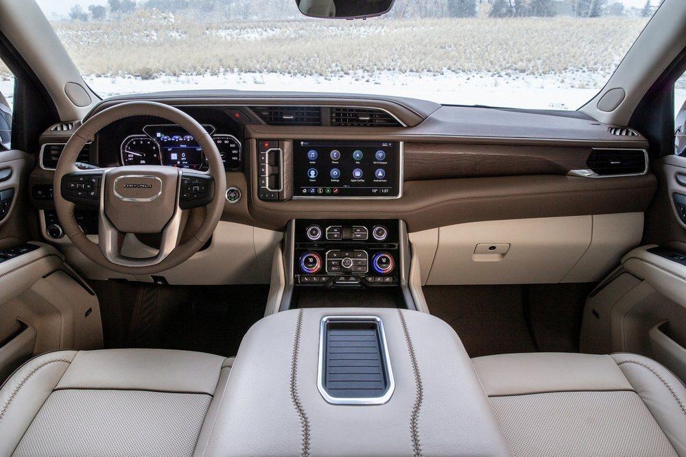 Su interior es mucho más tecnológico gracias a las nuevas pantallas digitales. Las versiones Denali tienen madera natural, suave cuero...